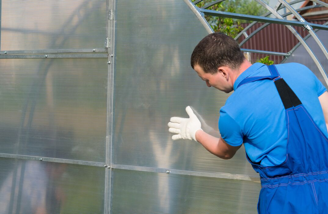 checking the correct installation of the greenhouse and polycarbonate on it