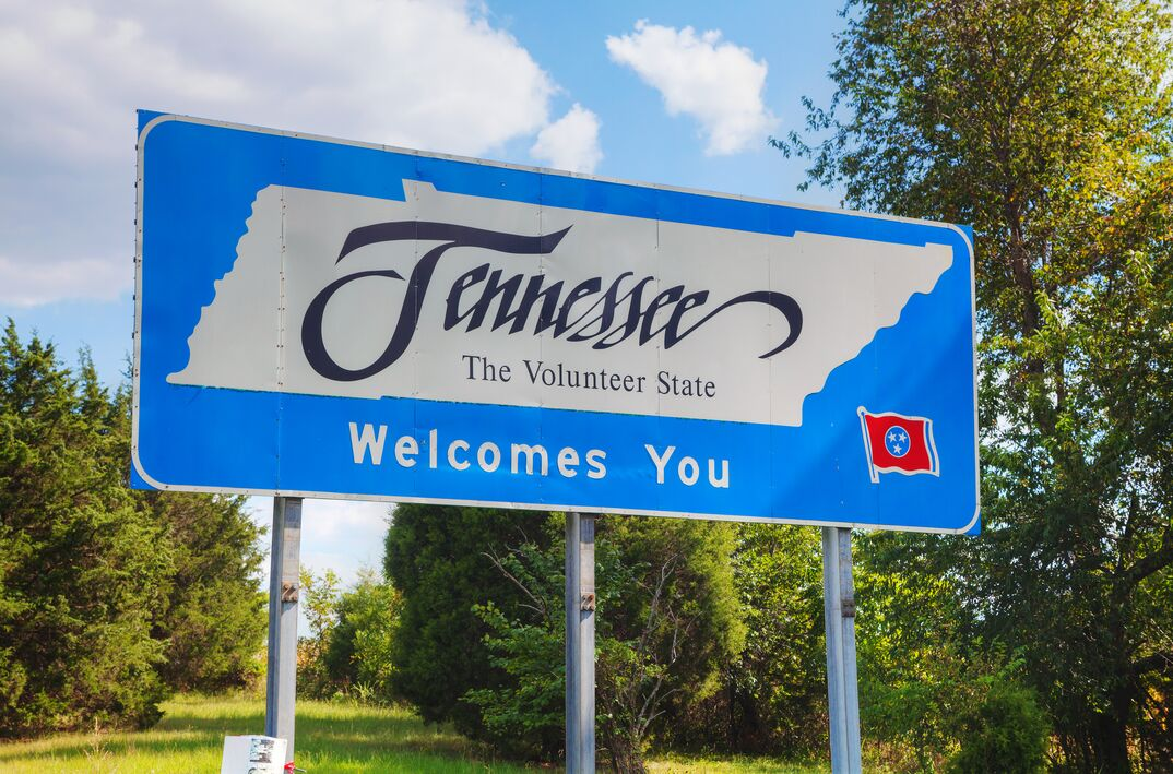 Tennessee welcomes you sign alongside a highway