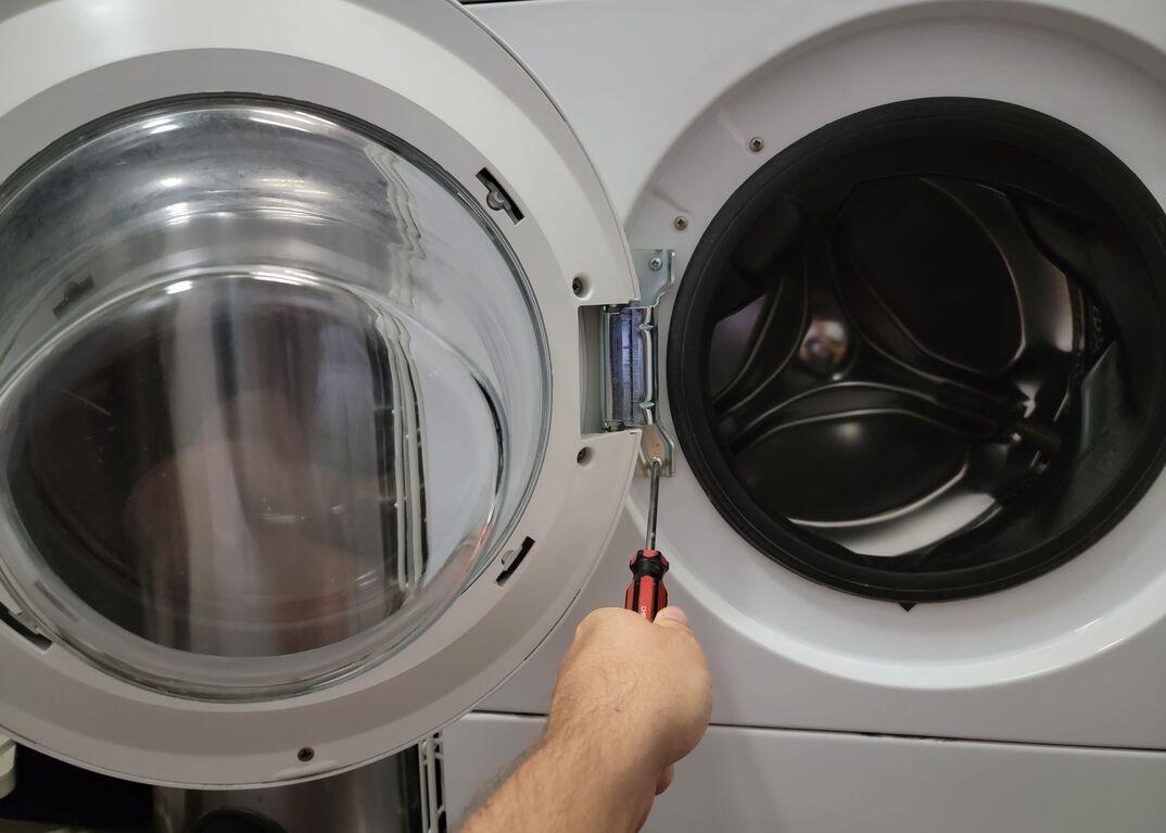 Reversing washer door
