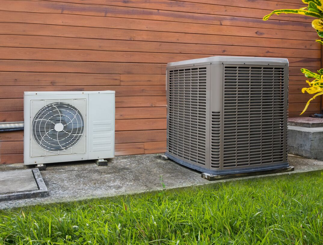 Air conditioning unit and heat pump unit side by side